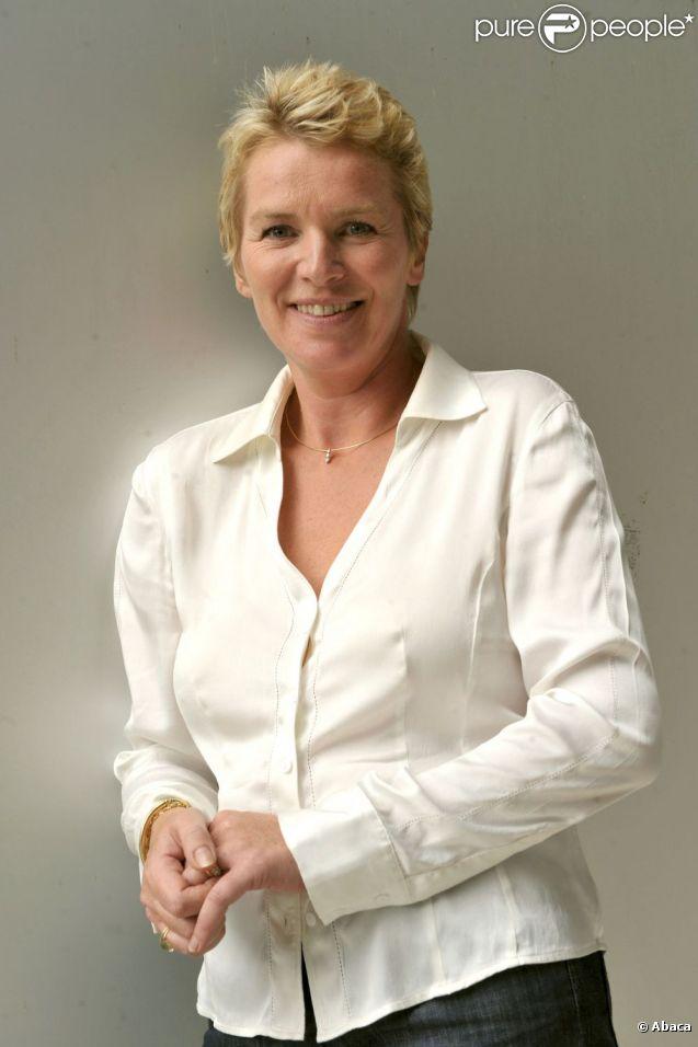 Elise Lucet annonce qu'elle quitte ses fonctions sur France 3 pour se consacrer au JT de 13 heures de France 2 qu'elle présente quotidiennement.