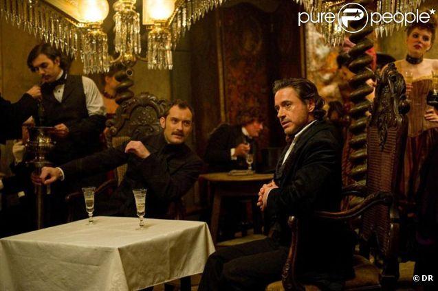 Les séduisants Jude Law et Robert Downey Jr. dans  Sherlock Holmes 2 , en salles le 25 janvier 2012.