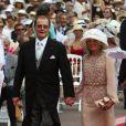 Roger Moore et son épouse arrivent à la cérémonie religieuse du mariage du prince Albert et de Charlene Wittstock, à Monaco, le 2 juillet 2011