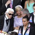 Bernard Arnault et son épouse Hélène discutent avec Karl Lagerfeld  avant le début de la cérémonie religieuse du mariage du prince Albert et de  Charlene Wittstock, à Monaco, le 2 juillet 2011