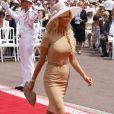 La belle Victoria Silvstedt arrive dans la cour d'honneur du Palais princier où se déroule la cérémonie de mariage du Prince Albert avec Charlene Wittstock, le 2 juillet 2011 à Monaco