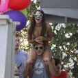 Zac Efron et Ashley Tisdale apparaîssent très proches alors qu'ils se rendent à la plage, samedi 2 juillet à Malibu (Los Angeles).