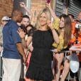 L'actrice américaine Jennifer Aniston rayonne dans sa robe noire et aux motifs brodés Nina Ricci, à la sortie du studio où est elle enregistrait son passage dans l'émission américaine  The Daily Show with Jon Stewart . A New York, le 27 Juin 2011.