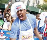 Nick Cannon en vendeur de hot-dogs à New York le 4 juillet 2011