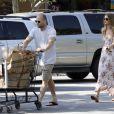Rosie Huntington-Whiteley et Jason Statham font des courses en amoureux le 4 juillet 2011 à Malibu