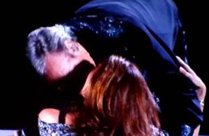 Neil Diamond, 70 ans, emballe fougueusement une jeunette en plein concert !