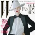 Tilda Swinton pose en couverture du magazine W, dans une veste et une chemise Salvatore Ferragamo, et dans un pantalon et une ceinture Acne.