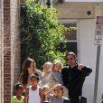Angelina Jolie, Brad Pitt et leurs enfants (Maddox, Pax, Zahara, Shiloh et les jumeaux Knox et Vivienne) à la Nouvelle-Orléans en mars 2011