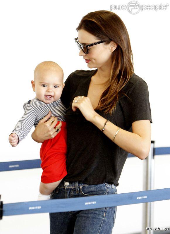 Miranda Kerr et son petit Flynn, 7 mois, à l'aéroport de Los Angeles, le 4 juillet 2011.