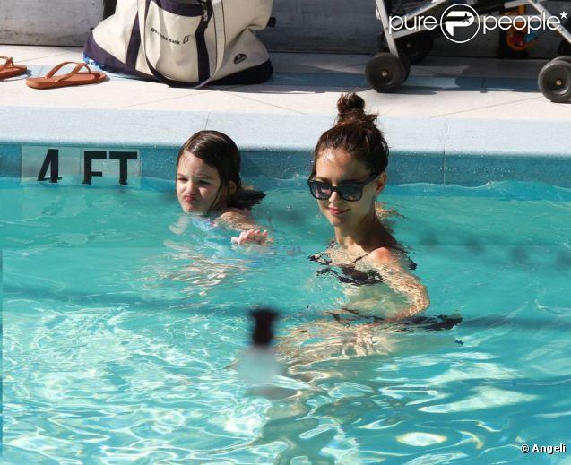 Suri Cruise et Katie Holmes dans la piscine de leur hôtel de Miami, en Floride. 16 juillet 2011