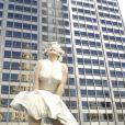 Voilà ce qu'il y a sous la jupe ! La statue Marilyn Monroe haute de 8 mètres dévoilée à Chicago le 16 juillet 2011