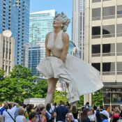 Marilyn Monroe : Tout le monde se précipite pour voir sous sa robe !