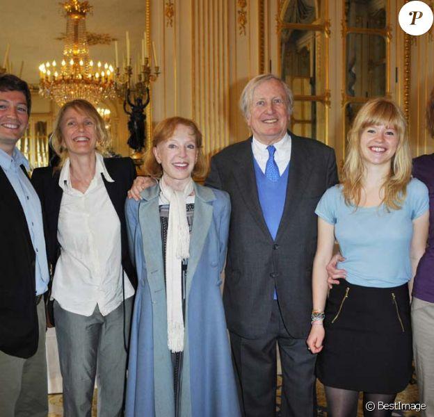 Claude Rich, avec sa femme Catherine et ses filles, épinglé au ministère de la Culture, à Paris, le 19 juillet 2011.
