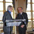 Claude Rich épinglé par Frédéric Mitterrand au ministère de la Cultrue, le 19 juillet 2011.