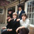Brian Jones, au centre et assis, membre fondateur et leader des Rolling Stones est décédé à l'âge de 27 ans et fait partie du macabre Club 27...