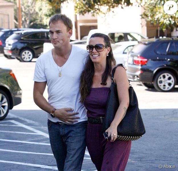 Alanis Morissette radieuse se balade en amoureux à Country Mart (Los Angeles) avec son mari Mario Treadway le 23 juillet 2011