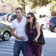 Alanis Morissette souriante se balade en amoureux à Country Mart (Los Angeles) avec son mari Mario Treadway le 23 juillet 2011