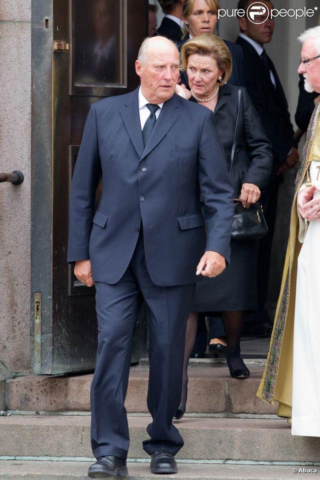 Le roi Harald V de Norvège et son épouse la reine Sonja assistaient à messe funèbre en la cathédrale d'Oslo dimanche 24 juillet au matin.   Vendredi 22 juillet 2011, Oslo était frappée par un attentat à la bombe tuant plus d'une dizaine de personnes. Deux heures plus tard, l'île d'Utoya connaissait un terrifiant massacre à l'arme à feu, Anders Behring Breivik massacrant plus de 80 personnes.