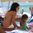 Adriana Lima et sa fille Valentina lors d'un séjour détente à Miami. Le 25 juillet 2011