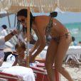 Adriana Lima et sa fille Valentina se baignent ensemble en Floride le 25 juillet 2011