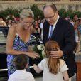 Le prince Albert et la princesse Charlene de Monaco, accueillis et escortés par deux jeunes Monégasques, consacraient jeudi 21 juillet leur première sortie officielle, au lendemain de leur retour de lune de miel, à l'exposition L'Histoire du mariage princier prolongeant la magie de leur noce.