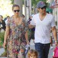 Jessica Alba entourée de sa famille. Son époux Cash Warren et leur fille Honor