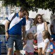 Letizia et Felipe d'Espagne arrivent, avec leurs filles Leonor et Sofia, au Club Nautique royal de Majorque lors de la Copa del Rey, le 2 août 2011.   Absente la veille, la princesse Letizia d'Espagne était bien avec les royaux espagnols à Majorque le 2 août 2011, pour encourager comme il se doit, avec ses filles Leonor et Sofia, son mari et leur papa le prince Felip, compétiteur engagé dans la 30e Copa del Rey à bord de l'Hispano.