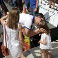 L'heure pour la petite Leonor de laisser son papa le prince Felipe partir en mer...   Absente la veille, la princesse Letizia d'Espagne était bien avec les royaux espagnols à Majorque le 2 août 2011, pour encourager comme il se doit, avec ses filles Leonor et Sofia, son mari et leur papa le prince Felip, compétiteur engagé dans la 30e Copa del Rey à bord de l'Hispano.