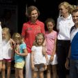 Sacré équipage royal : Letizia et Felipe avec leurs filles Leonor et Sofia, la reine Sofia, l'infante Cristina et sa fille Irene (T-shirt turquoise) ainsi que l'infante Victoria, fille de l'infante Elena, le 2 août 2011 à Majorque.   Absente la veille, la princesse Letizia d'Espagne était bien avec les royaux espagnols à Majorque le 2 août 2011, pour encourager comme il se doit, avec ses filles Leonor et Sofia, son mari et leur papa le prince Felip, compétiteur engagé dans la 30e Copa del Rey à bord de l'Hispano.