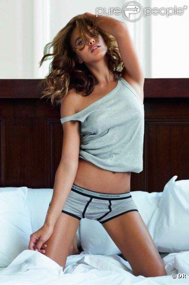 Irina Shayk aussi sexy en garçon manqué pour la lingerie Intimissimi