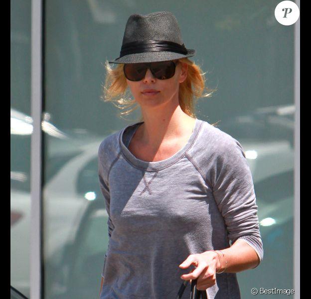 Charlize Theron, seule à Los Angeles le 6 août 2011, veille de son anniversaire.