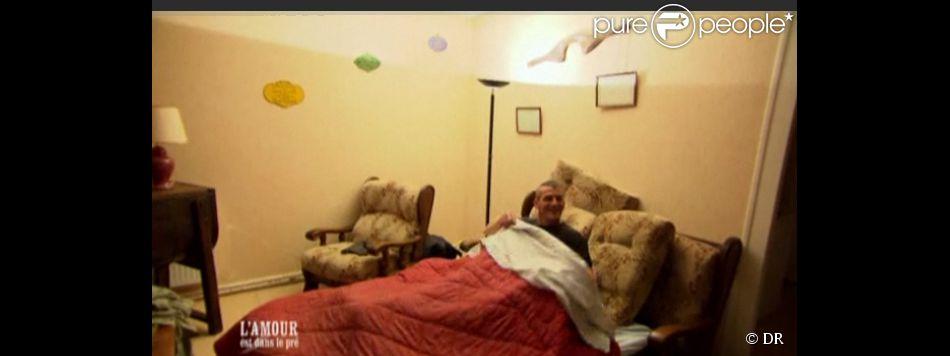 jean claude dans son lit dans l 39 amour est dans le pr saison 6. Black Bedroom Furniture Sets. Home Design Ideas