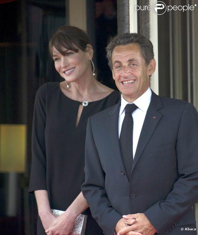Nicolas Sarkozy et Carla Bruni-Sarkozy (photo : en mai 2011 lors du G8 à Paris) attendent leur premier enfant ensemble. Vendredi 12 août 2011, le chef de l'Etat, en visite sur le porte-avions Charles de Gaulle, a reçu deux layettes en cadeau de la part de l'équipage : une bleue, une rose !