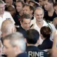 Nicolas Sarkozy en visite sur le Charles de Gaulle à Toulon le 12 août 2011. Le président y a reçu en cadeau de l'équipage deux layettes pour le bébé que porte son épouse Carla Bruni-Sarkozy.