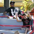 Paris, Blanket et Prince Jackson (accompagné de sa petite amie Niki) passent l'après-midi du mercredi 3 août au parc Six Flags de Valencia, près de Los Angeles.