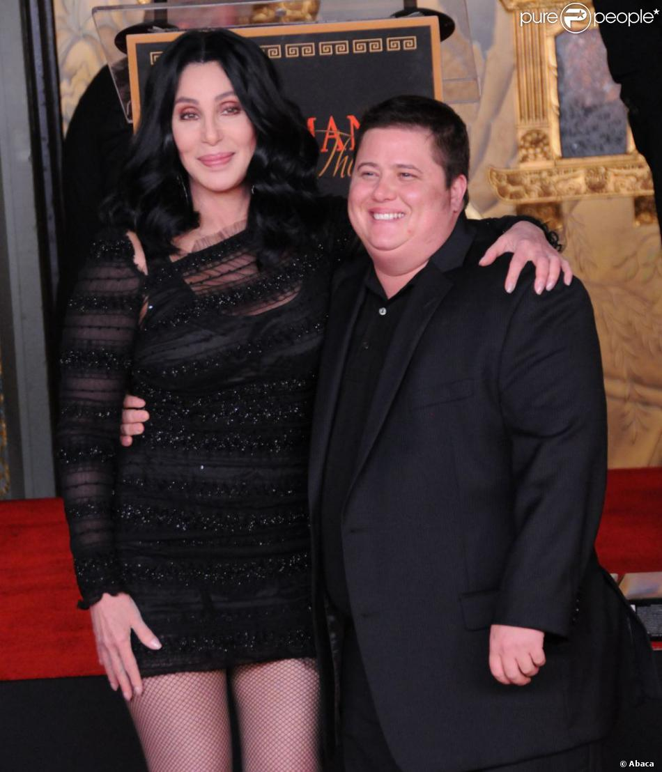 cher et son fils chaz salvatore bono los angeles en novembre 2010. Black Bedroom Furniture Sets. Home Design Ideas