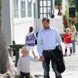 Le prince Sverre Magnus de Norvège a eu toutes les peines du monde à se détacher de son papa pour sa rentrée à l'école Janslokka d'Asker (banlieue d'Oslo), jeudi 18 août, sous le regard de sa soeur Ingrid, de sa mère la princesse Mette-Marit et de sa grand-mère la reine Sonja.