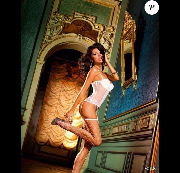 Lauren Ridealgh joue avec son corps sexy pour présenter la nouvelle collection de lingerie Baci.