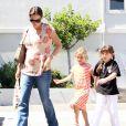 Jennifer Garner se balade dans les rues de Los Angeles avec sa fille aînée Violet et l'une de ses amies le 25 août 2011
