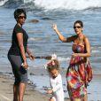 Nahala tente d'apprivoiser son cerf-volant sous les yeux de Halle Berry sur la plage à Malibu. Le 27 août 2011