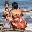 Moment de détente entre Halle Berry et Nahla sur la plage à Malibu. Le 27 août 2011