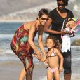 Halle Bery respire le bonheur en compagnie de Nahla, sa fille. Balade à la plage à Malibu le 27 août 2011