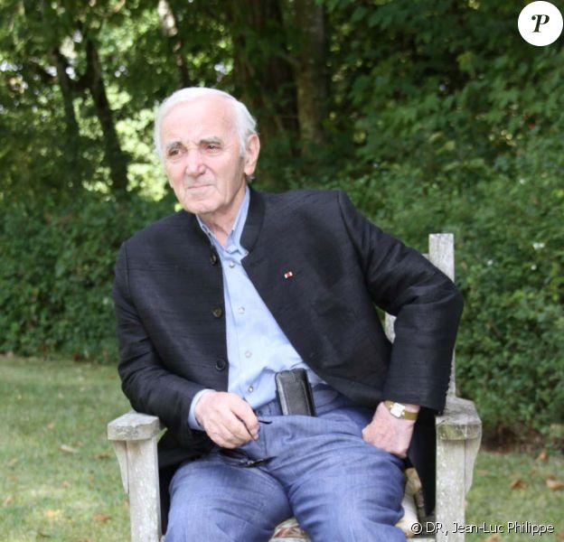 Charles Aznavour, photo promotionnelle pour la sortie de son nouveau livre, D'une porte l'autre, aux éditions  don Quichotte, le 1er septembre 2011.