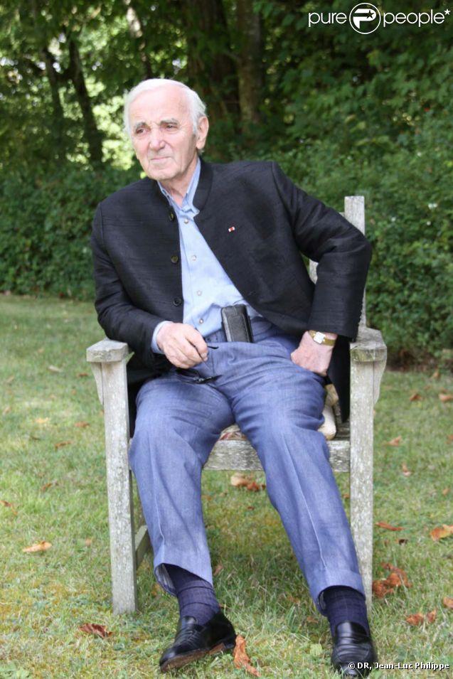 Charles Aznavour, photo promotionnelle pour la sortie de son nouveau livre,  D'une porte l'autre , aux éditions  don Quichotte, le 1er septembre 2011.
