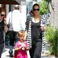Jessica Alba dans les rues de Los Angeles avec sa fille aînée Honor. Le 31 août 2011