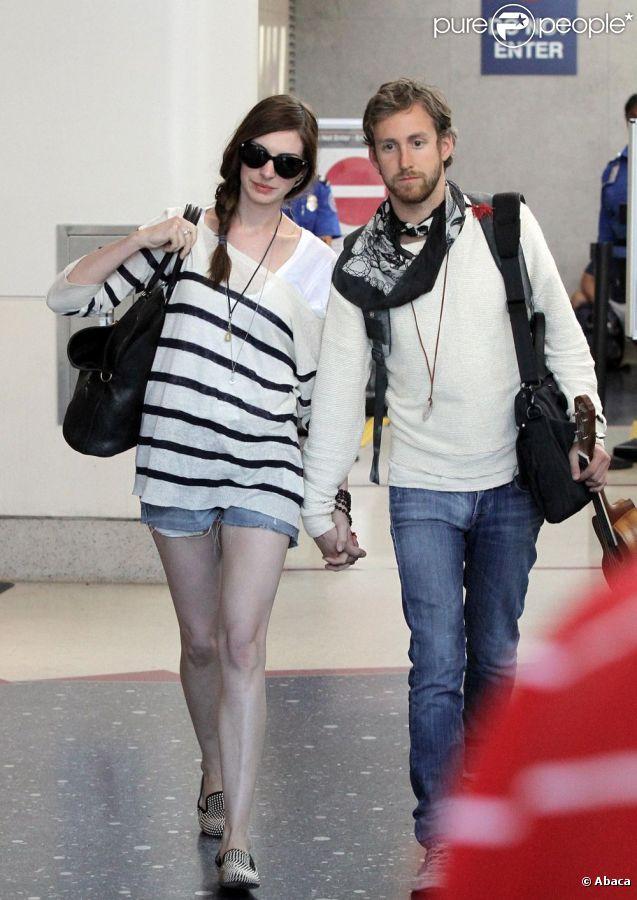 Anne Hathaway et son petit ami Adam Shulman à l'aéroport de Los Angeles le 3 septembre 2011