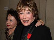 Shirley MacLaine décorée en grande pompe devant des icônes du cinéma