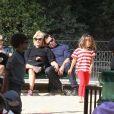 Hugh Jackman en famille à Paris le 24 juillet 2011, avec sa femme Deborra-Lee Furness, et leurs enfants Ava et Oscar