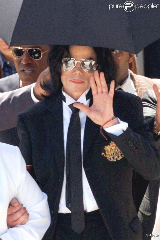 Jermaine Jackson, frère aîné du regretté Michael Jackson, fait des révélations dans son ouvrage  You're not alone: Through a brother's eyes , affirmant notamment que tout était prévu pour la fuite du King of Pop au cas où il aurait été déclaré coupable par la justice américaine en 2005 (photo : à la sortie du procès, jugé non coupable).