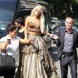 """""""Avec ses talons vertigineux, la star a besoin d'être escortée et soutenues par ses bogyguards pour se déplacer. Lady Gaga est shootée par Annie Leibovitz dans les rues de New York pour le magazine  Vanity Fair , le 12 septembre 2011."""""""